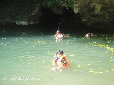 Menyebarangi kolam menuju mulut Goa CobanCoban 5